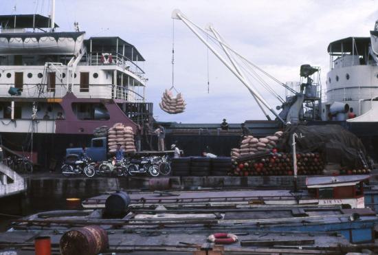 Bốc dỡ hàng hóa ở cảng Sài Gòn.