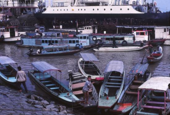 Thuyền bè nhộn nhịp trên sông Sài Gòn.