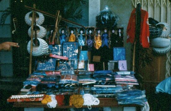 Một quầy hàng bán đồ lưu niệm trên vỉa hè.