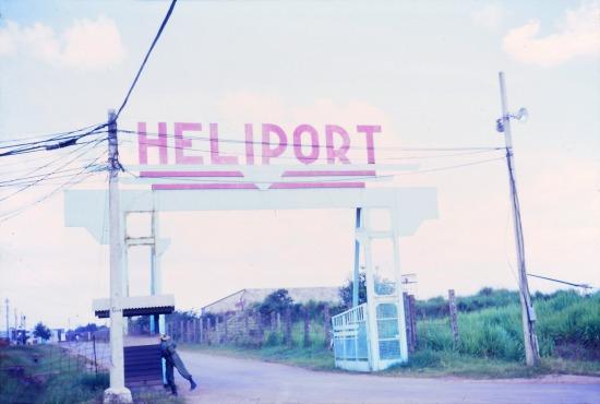 Cổng vào sân bay trực thăng trên đường Cộng Hòa.