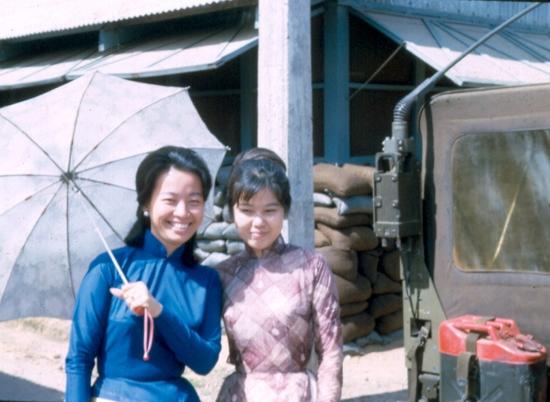 Hai cô gái làm việc cho quân đội Mỹ ở Sài Gòn.