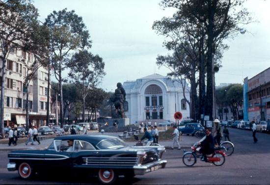 Nhà hát thành phố, lúc này được sử dụng làm trụ sở quốc hội.
