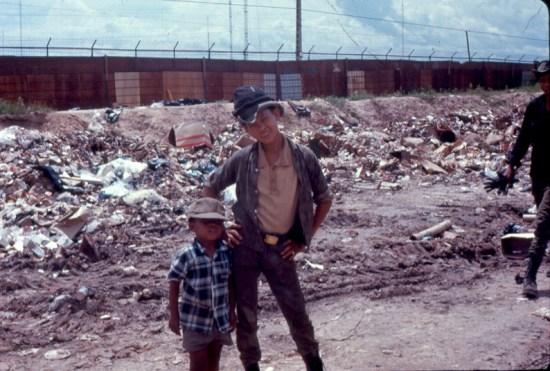 Những đứa trẻ nhặt rác bên bãi rác của quân đội Mỹ.