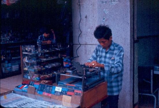 Một người thợ đang chạm trổ chiếc bật lửa của người chụp ảnh.