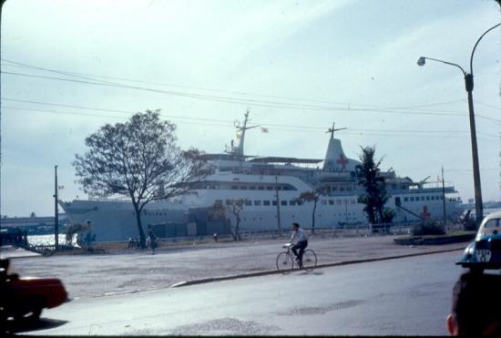 Tàu quân y Helgoland của Đức trên sông Sài Gòn.