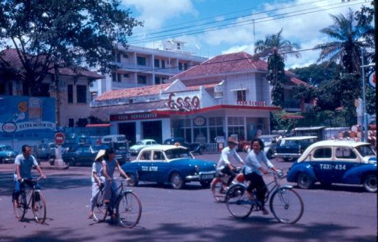 Trạm xăng của hãng xăng dầu Esso ở Sài Gòn.