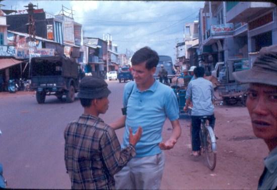Lính Mỹ mặc thường phục dạo chơi ở Sài Gòn.