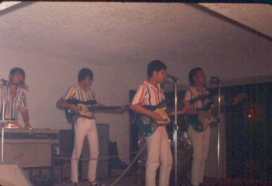 Dàn nhạc Philippines biểu diễn trong một quán bar ở Sài Gòn.