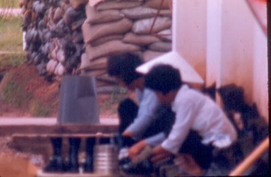 Phụ nữ người Việt hành nghề đánh giày trong căn cứ quân sự Mỹ.