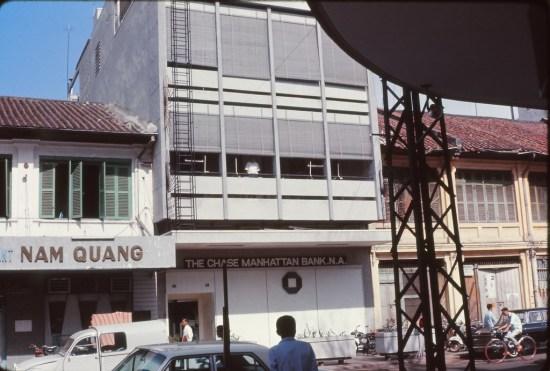 Chi nhánh của ngân hàng Chase Manhattan ở Sài Gòn bên cạnh quán hủ tiếu Nam Quang.