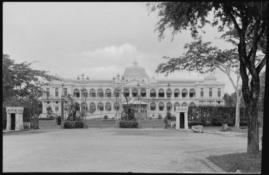 Dinh Toàn quyền ở Sài Gòn, 1896. Công trình này đã bị hai phi công chế độ Sài Gòn ném bom phá hủy năm 1962, được xây dựng lại và khánh thành năm 1966 (lúc này gọi là Dinh Độc Lập), sau năm 1975 thì đổi tên thành Hội trường Thống Nhất.