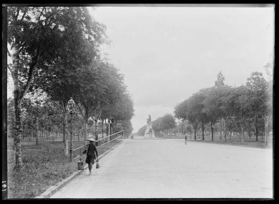 Đại lộ Norodo (nay là đường Lê Duẩn) ở Sài Gòn năm 1896. Phía xa là bức tượng Gambetta.