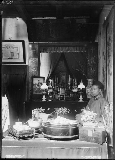 Thợ thêu Phan Văn Khoan tại nhà mình ở Hà Nội trong ngày Tết, 1898.