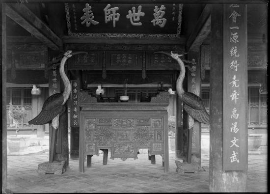 Đôi hạc ở hai bên ban thờ trong Văn Miếu - Quốc Tử Giám.