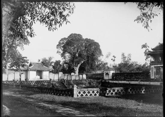 Thiên Quang tỉnh - giếng vuông đối diện Khuê Văn Các trong Văn Miếu - Quốc Tử Giám. Khuê Văn Các nằm ở bên phải bức ảnh.