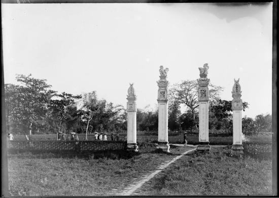 """Bốn trụ cột ở lối vào Văn Miếu - Quốc Tử Giám, 1896. Người Pháp gọi công trình này là """"chùa Quạ"""", vị có rất nhiều quạ làm tổ ở đây."""