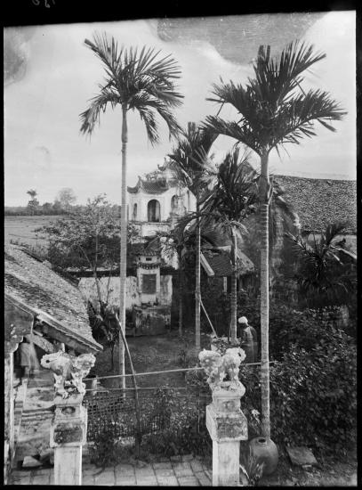 Khung cảnh nhìn từ mặt trước của chùa Một Cột, năm 1896.