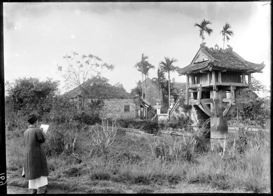 Nghệ nhân thêu Phan Van Khoan vẽ hình Chùa Một cột để làm mẫu thêu, Hà Nội 1898.