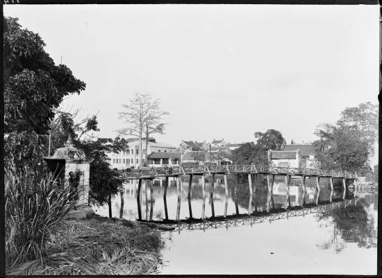 Cầu Thê Húc trên hồ Hoàn Kiếm năm 1896 trông khá khá thô sơ. Trong lịch sử tồn tại, cây cầu này đã nhiều lần bị gãy do quá tải và được dựng lại.