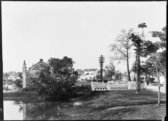 Bờ hồ Hoàn Kiếm, gần lối vào đền Ngọc Sơn, Hà Nội 1896. 20 năm sau, một trạm tàu điện đã được xây dựng tại khu vực này.