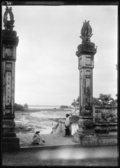 Bờ Hồ Tây, phía trước đền Quán Thánh, ngày nay là nơi đường Thanh Niên chạy qua.
