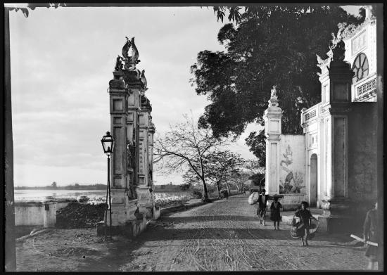 Mặt tiền của đền Quán Thánh cạnh Hồ Tây, Hà Nội năm 1896.