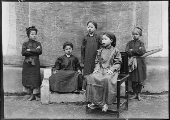 Ba người con khác của Tổng đốc Lạng Sơn (ngồi và đứng trên ghế).