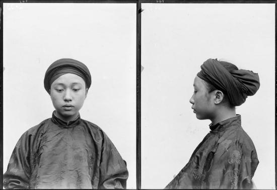 Chân dung chụp năm 1896 của chàng trai 17 tuổi Vi Văn Định - con trai của Tổng đốc Lạng Sơn Vi Văn Lý. Sau này ông Vi Văn Định trở thành Tổng đốc tỉnh Thái Bình (1929-1937) và tỉnh Hà Đông (1937-1941).