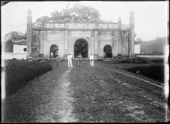 Tam quan của đền Kiếp Bạc, Hải Dương năm 1904.