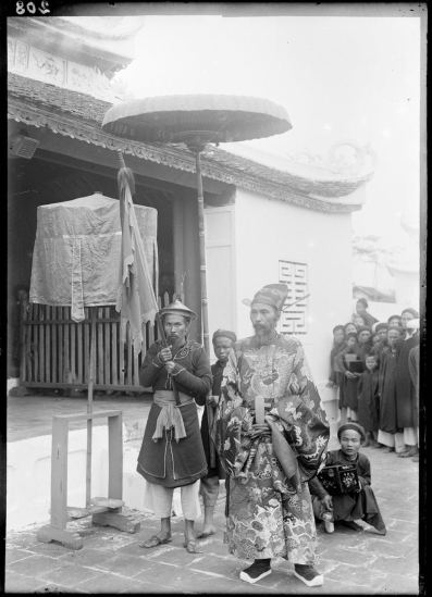 Ông Cao Xuân Dục, Tổng đốc Nam Định có mặt trong buổi lễ vinh danh những người đỗ đạt, 1897.