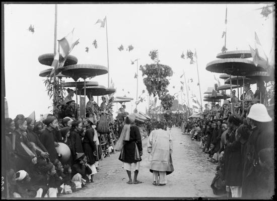 Thí sinh trúng tuyển diễu hành qua các giám khảo, Nam Định năm 1897.