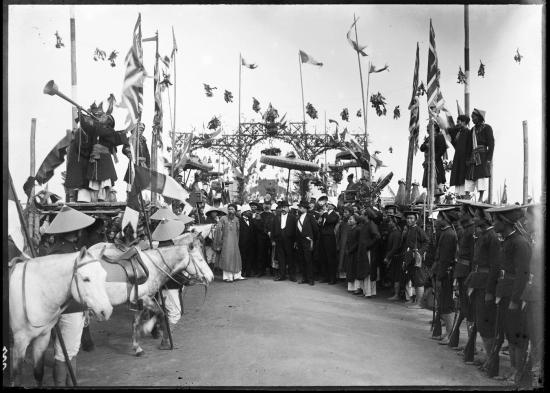 Công bố tên người trúng tuyển kỳ thi Hương, Nam Định năm 1897. Người có nhiệm vụ xướng danh các sĩ tử đỗ đạt sẽ cầm một chiếc loa, đứng trên cao và đọc to họ tên, quê quán của từng người.