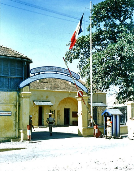 Bên ngoài một trại lính Lê Dương ở Hải Phòng.