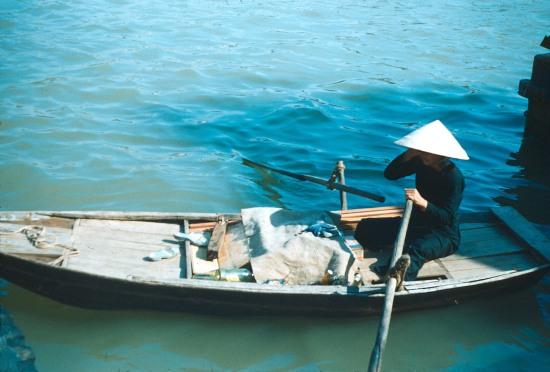 Người phụ nữ trên chiếc thuyền nan.