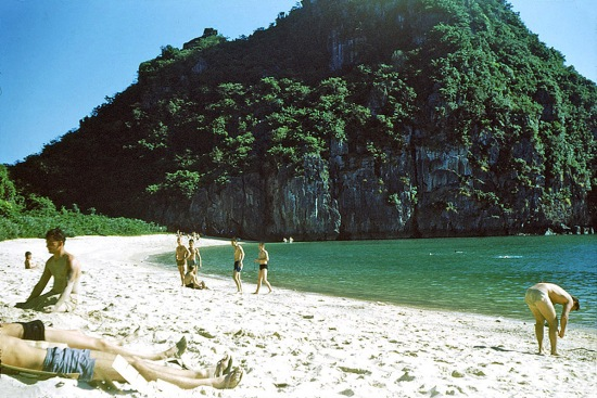 Lính Mỹ thư giãn trên một bãi biển ở Cát Bà.