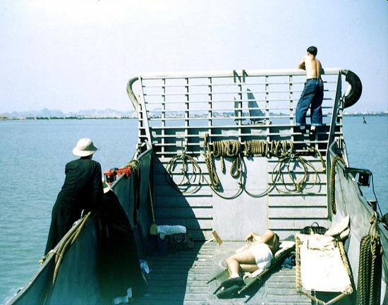 Trên một xà lan của Mỹ hướng về Hải Phòng. Người áo đen là một thầy tu đi nhờ.