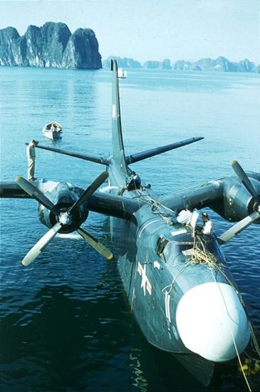 Thủy phi cơ Martin P5M Marlin của Mỹ nạp nhiên liệu trên biển Cát Bà.