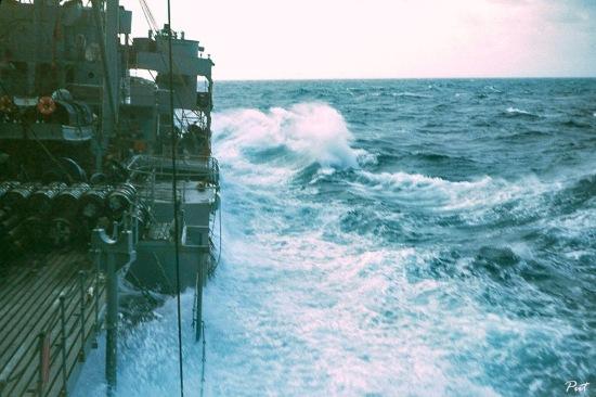 Tàu chiến USS Tolovana AO-64 của Mỹ di chuyển trên vùng biển động ngoài khơi Hải Phòng.