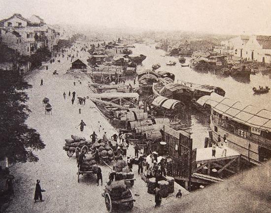 Cảng Hải Phòng nhộn nhịp.