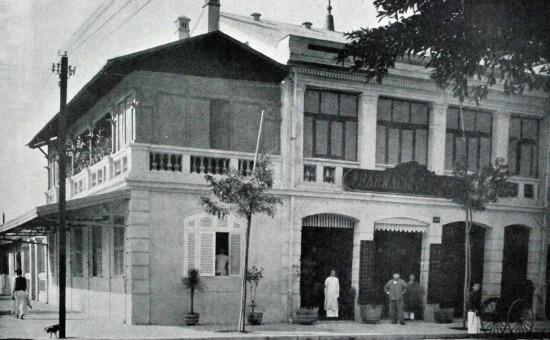 Hiệu thuốc Tây J. Blanc ở góc đường Paul Bert - Henri Rivìere (nay là góc Tràng Tiền - Ngô Quyền), là hiệu thuốc Tây đầu tiên của Hà Nội.
