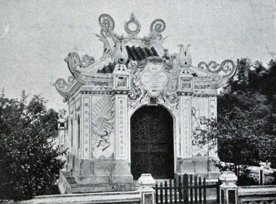 Đài tượng niệm những tử sĩ người Việt phục vụ chính quyền thực dân Pháp.