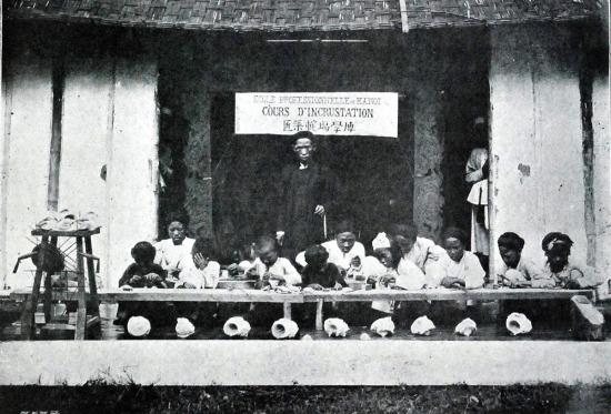 Một lớp dạy nghề khảm ở Hà Nội.
