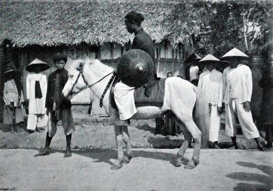 """Chàng """"cao bồi"""" trong một ngôi làng."""