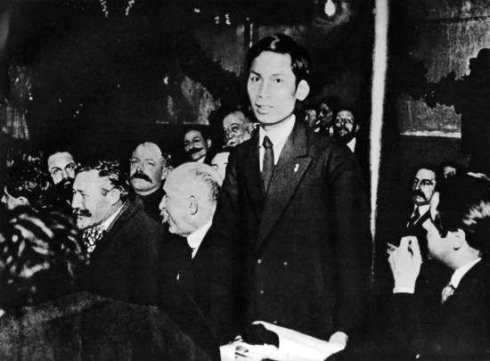 Tại Đại hội toàn quốc Đảng Xã hội Pháp ở thành phố Tua (nước Pháp), tháng 12/1920, đồng chí Nguyễn Ái Quốc trở thành một trong những người sáng lập Đảng Cộng sản Pháp.