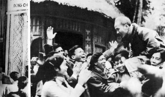 Người với các đại biểu Đại hội thống nhất Việt Minh – Liên Việt, năm 1951.