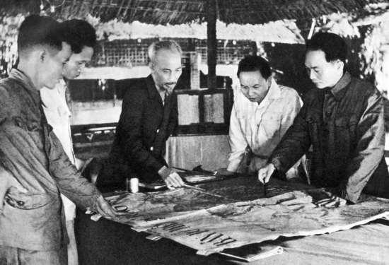 Cuối năm 1953, tại Việt Bắc, Hồ Chủ tịch và các đồng chí lãnh đạo Đảng quyết định mở chiến dịch Điện Biên Phủ.