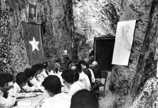 Người chủ trì một phiên họp Hội đồng Chính phủ sau chiến thắng Điện Biên Phủ.