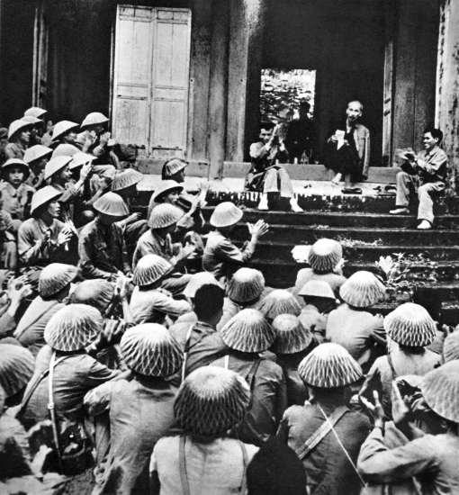 """Thăm đền Hùng, Hồ Chủ tịch nói với các chiến sĩ: """"Các vua Hùng đã có công dựng nước, Bác cháu ta phải ra sức giữ nước""""."""