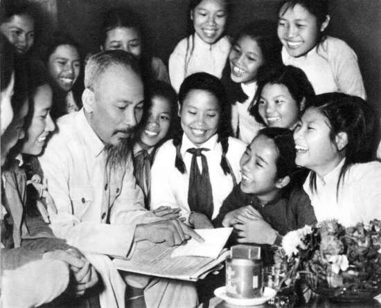 Đại biểu học sinh trường trung học Trưng Vương (Hà Nội) đến chúc thọ ) Hồ Chủ Tịch (5/1956).