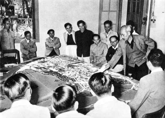 Xem hình mẫu xây dựng thủ đô Hà Nội, Người dặn dò về vấn đề nhà ở của nhân dân lao động (1959
